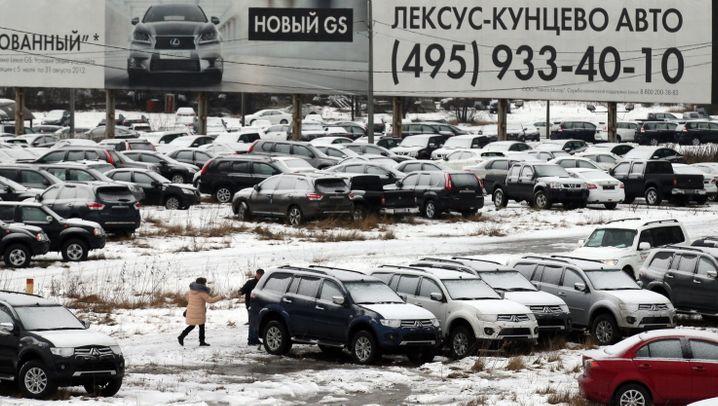 Kräftiger Pkw-Absatzrückgang in Russland: Wie die Autokonzerne auf das russische Absatzdrama reagieren