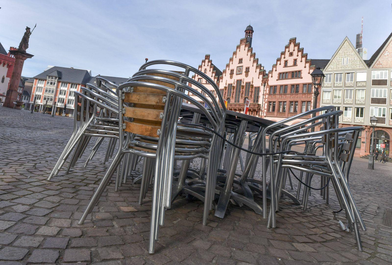 xblx, Römerberg, Cafes und Restaurants haben alle Tische und Stühle weggeräumt bzw unbrauchbar gemacht, emwirt Frankfur