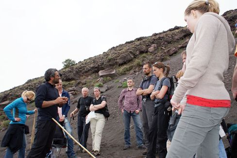 Instruktionen: Erfahrene Vulkanführer leiten die Touristen am Berg an