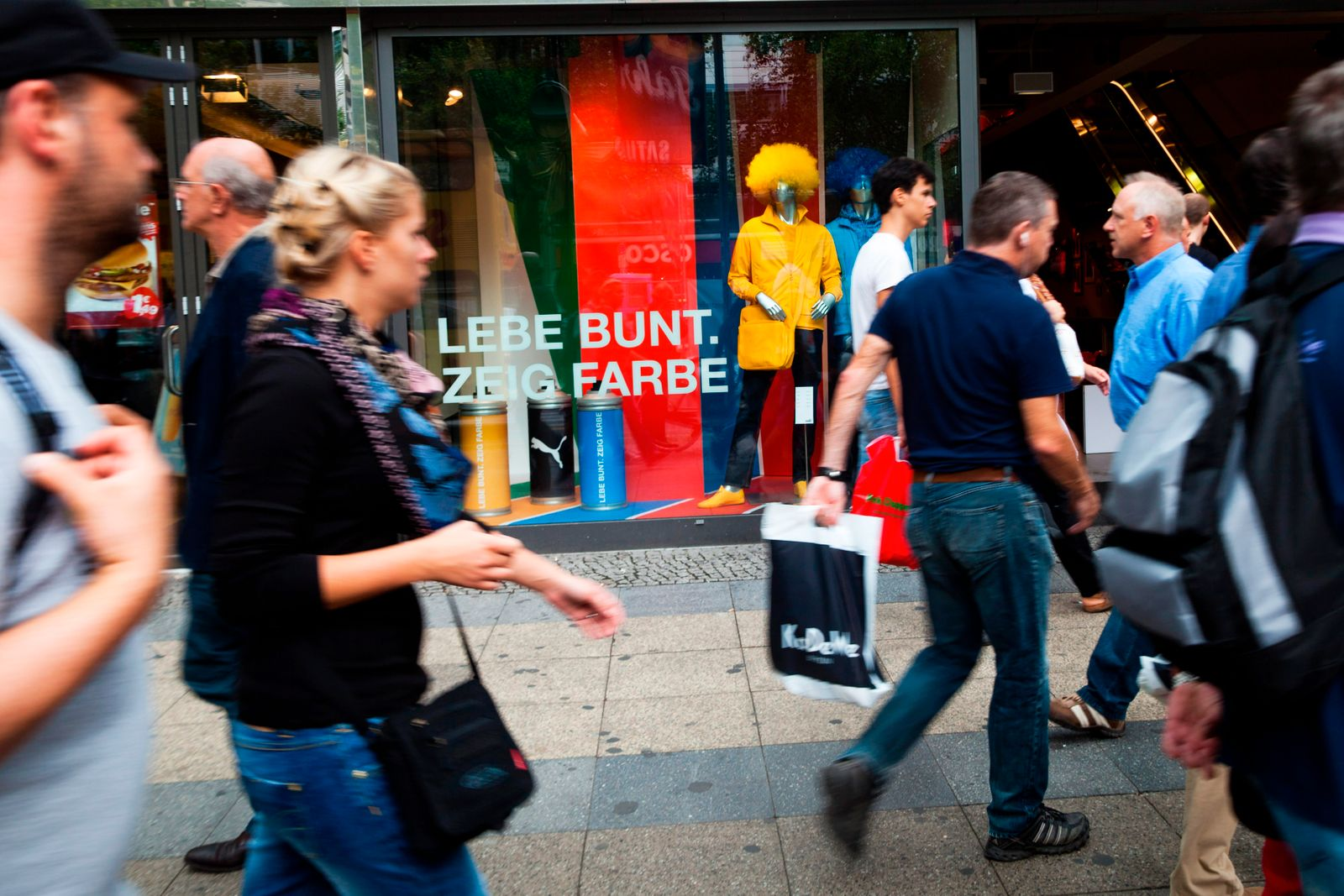 Shoppers Flock To Summer Sales