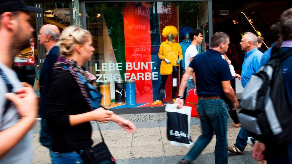 Einkaufsmeile in Berlin: Statt seine Exporte letztlich selbst zu finanzieren und die EU-Nachbarn zu beschenken, sollte Deutschland zunächst den Binnenkonsum stärken