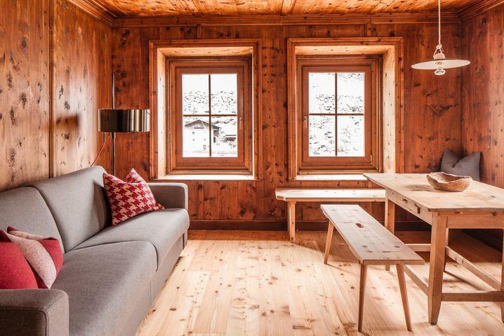 Alte Mauern, Loden an den Fenstern: Josephus Lodge