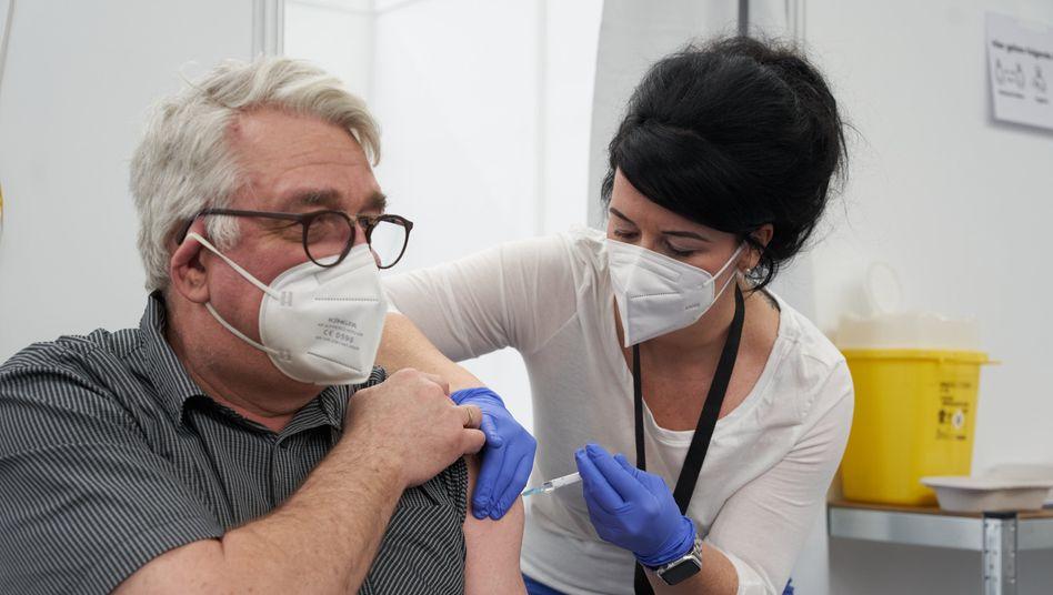 Hohe Wirksamkeit auch bei älteren Menschen: Astrazeneca hat eine neue Studie mit mehr als 32.000 Impfprobanden vorgelegt