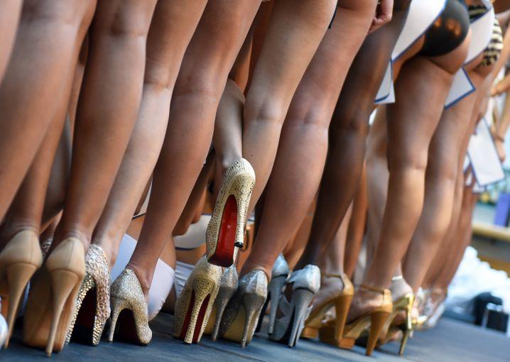 Eleganz setzt voraus, dass man über Bewegung nicht nachdenken muss. High Heels können da zum Problem werden.