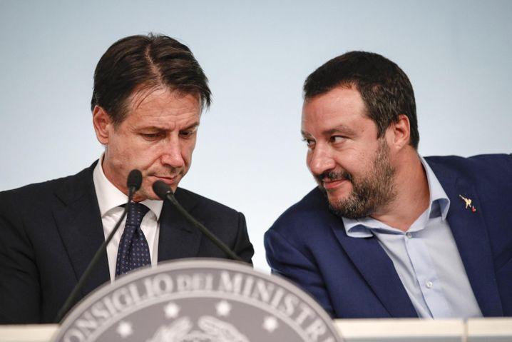 """Regierungschef Giuseppe Conte (l), Stellvertreter Matteo Salvini: """"Selbstmörderischer Haushalt"""""""