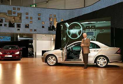 Elegant: Hubbert präsentiert den Mercedes SLK und die neue C-Klasse