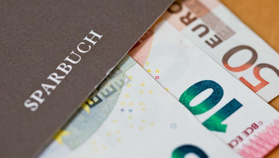 Sparbuch: Statt Zinsen gibt es häufig Strafgebühren, wenn Privatkunden hohe Summen sicher anlegen wollen