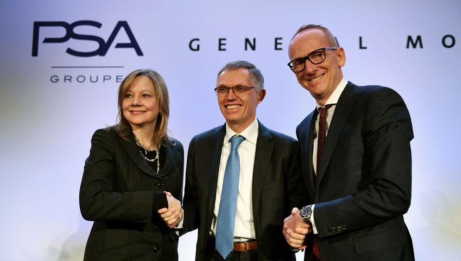 Hier herrschte noch Eintracht: GM-Chefin Mary Barra, PSA-Chef Carlos Tavares and Opel-Chef Karl Thomas (von links) im März 2017 zur Verkündung der Übernahme Opels durch PSA von General Motors (GM)