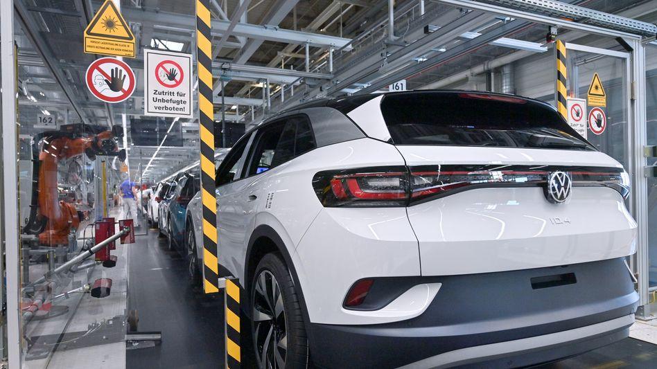 """Fünf Millionen Fahrzeuge in einem Halbjahr: Beim Volkswagen-Konzern läuft es gut, auch die Elektroauto-Offensive mit Fahrzeugen wie dem ID.4 (im Bild) gewinnt laut CEO Herbert Diess """"zunehmend an Dynamik"""""""