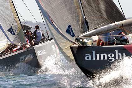 Vorteil Alinghi: Die neuseeländischen Titelverteidiger segeln der Schweizer Yacht hinterher