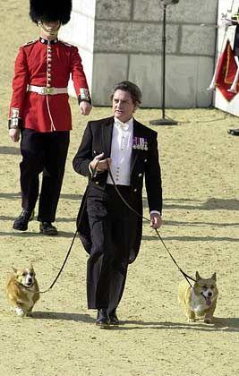 William Tallon , Butler von Königin Elisabeth, führt die Corgis Minnie und Rush aus