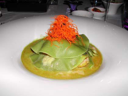 Gaumenfreuden: Raviolo mit Jacobsmuscheln, Rahmlauch und grünem Spargel an Curryschaum