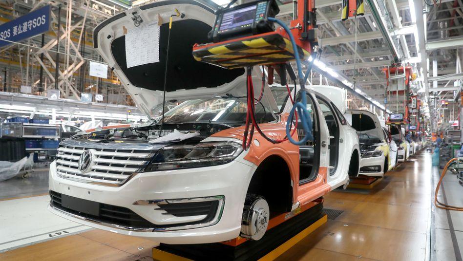Gehemmt durch die Pandemie: In China haben die Hersteller (hier Produktion von SAIC Volkswagen) im vergangenen Jahr erneut weniger Autos an Endkunden abgesetzt