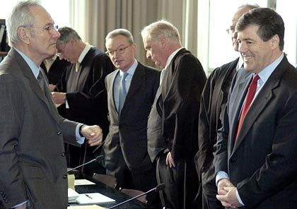 Entspannte Gesichter nach dem Rechtsgespräch: Klaus Esser (li.) und Josef Ackermann (re.) mit ihren Anwälten
