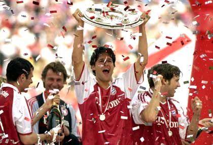 Deutscher Meister 2005: Kapitän Michael Ballack jubelt mit Meisterschale