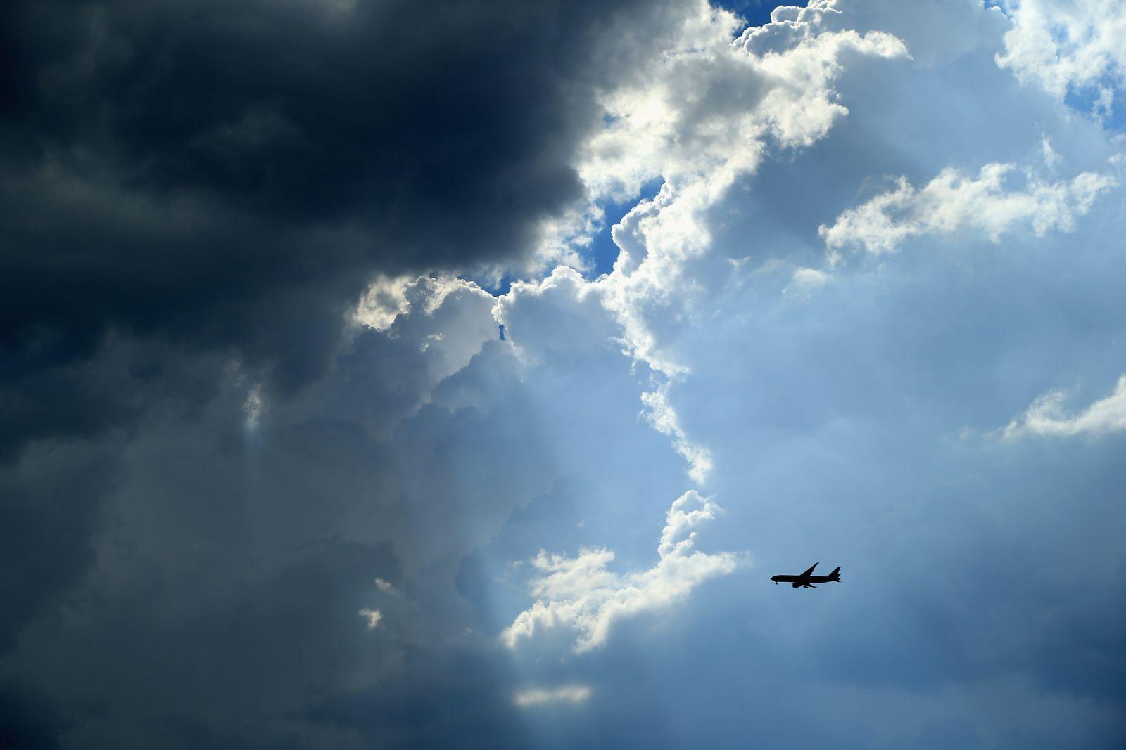 Flugzeug / Himmel / Airline