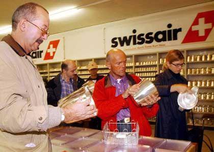 Verramscht: Käufer bei der Versteigerung des Swissair-Interieurs im Oktober 2002