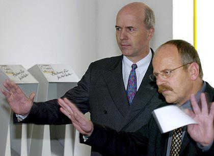 """""""GM Europa wird 2006 wieder schwarze Zahlen schreiben."""" Opel-Kontrolleur Forster (l.), Betriebsratschef Franz"""