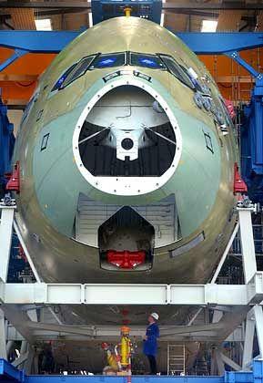 Geöffnet: Spezialisten der Industrieanlagen-Betriebsgesellschaft mbH aus Ottobrunn bereiten in Dresden einen kompletten Airbus A380-800 für einen mehrjährigen Betriebsfestigkeitsversuch vor (Archivfoto vom 06.10.2004). Der 64 Meter lange Rumpf und die Flügel mit 80 Metern Spannweite werden dabei in einem Stahlgerüst von 190 Druckzylindern vom September 2005 an einer Belastung von 47.500 Flügen unterzogen. Der Langzeittest im Auftrag von Airbus wird bis 2008 dauern.