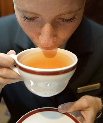 """Kathleen Winkler: Mit kleinen Schlucken prüft die """"Tea-Masterin"""" im Berliner Hotel Adlon die Qualität einer frisch gebrühten Tasse Tee. Winkler berät als geprüfte Teeberaterin die Gäste des Fünf-Sterne-Hotels"""