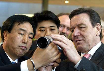 Geschäftsbeziehung: Gerhard Schröder und Kitae Lee, Samsung-Präsident für Telekommunikation und Network Business