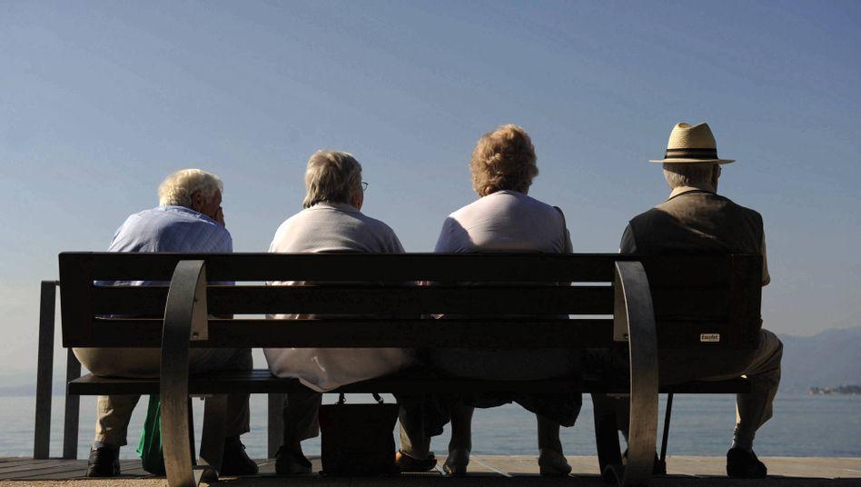 Rentner auf einer Parkbank am Gardasee: Der Fiskus will nun auch Steuern von früheren Gastarbeitern und im Ausland lebenden Rentern eintreiben