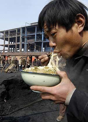 """Essen auf der Baustelle: """"Einkommen reicht für vier Schüsseln Nudeln"""""""
