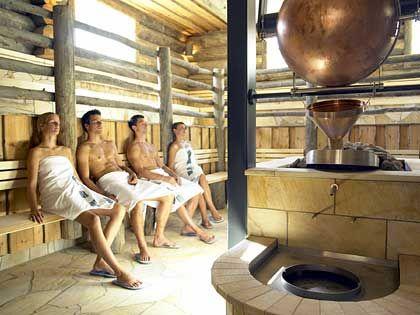 "Rustikales Ambiente: Zu den Wellness-Angeboten der Therme Aqua Dome im Tiroler Ötztal gehört auch diese ""Loftsauna"""