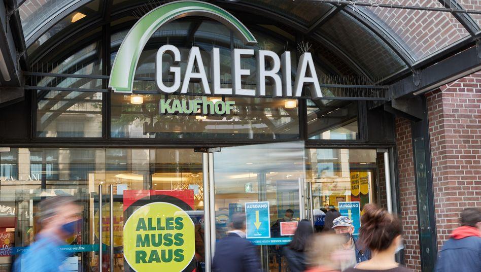 Passanten vor einer Kaufhof-Filiale in Hamburg