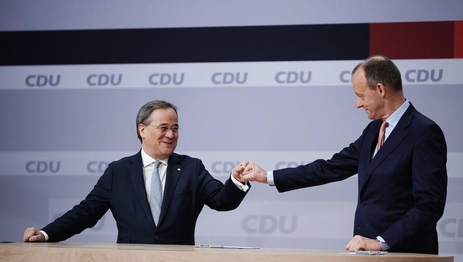 Die Entscheidung ist gefallen: Der unterlegene Friedrich Merz (r.) gratuliert Armin Laschet zur Wahl als Parteivorsitzender beim digitalen Bundesparteitag der CDU