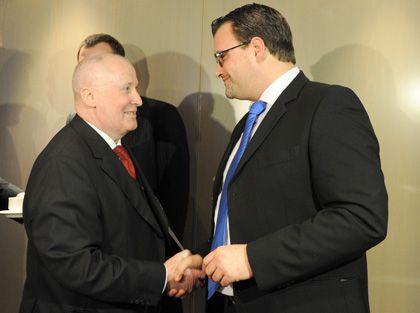 Einig geworden: NRW-Arbeitgeberpräsident Horst-Werner Maier-Hunke (l) und IG-Metall-NRW-Bezirksleiter Oliver Burkhard besiegeln neuen Tarifvertrag