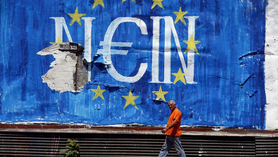 """Anti-Euro-Plakat in Athen: Regierungschef Tsipras hält Rentenkürzungen für """"absolut notwendig"""". Die Opposition lehnt wie gewohnt Reformen ab"""