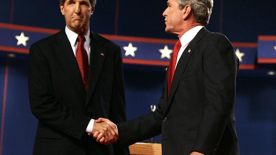 Einst Präsidentschaftskandidat, bald Außenminister? John Kerry (l.) 2004 vor einem Rededuell mit dem später wiedergewählten George W. Bush