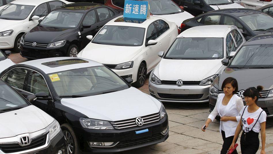 VW-Händler in Peking: Der Absatz in Deutschland ist im Oktober gesunken - doch Kunden in China, USA und Brasilien treiben die Kernmarke VW auf ein Rekordhoch weltweit
