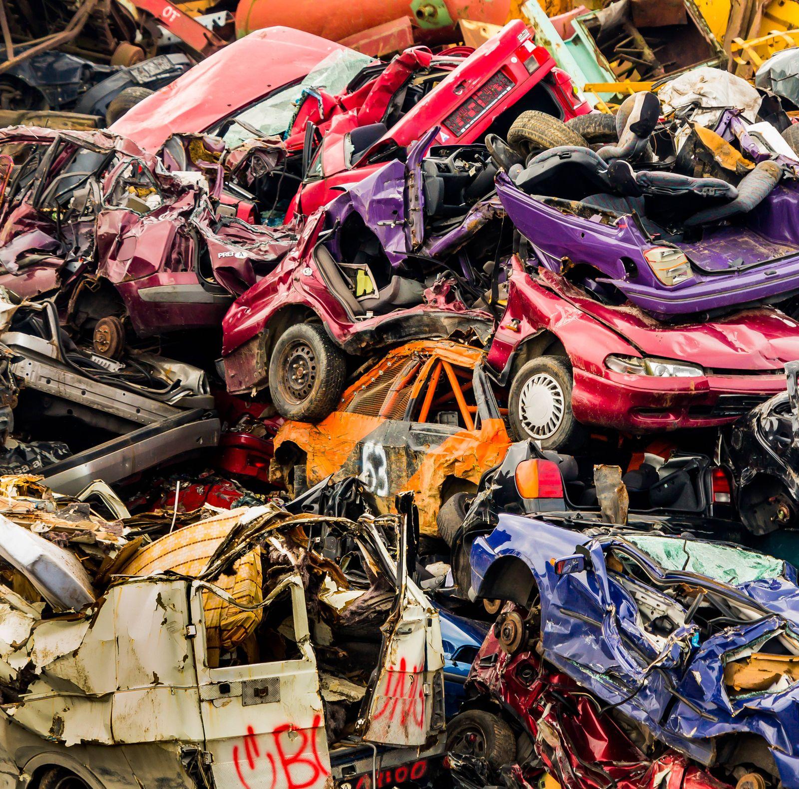 Autowracks auf einem Schrottplatz Oesterreich car wreck on a scrapyard Austria BLWS435620 Copyrigh