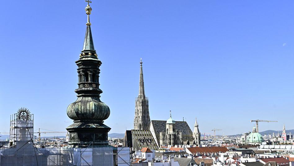 Über den Dächern von Wien mit Blick auf die Jesuitenkirche und den Stephansdom