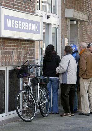 Verwunderte Kunden: per Aushang teilt die Weserbank heute ihre Schließung mit