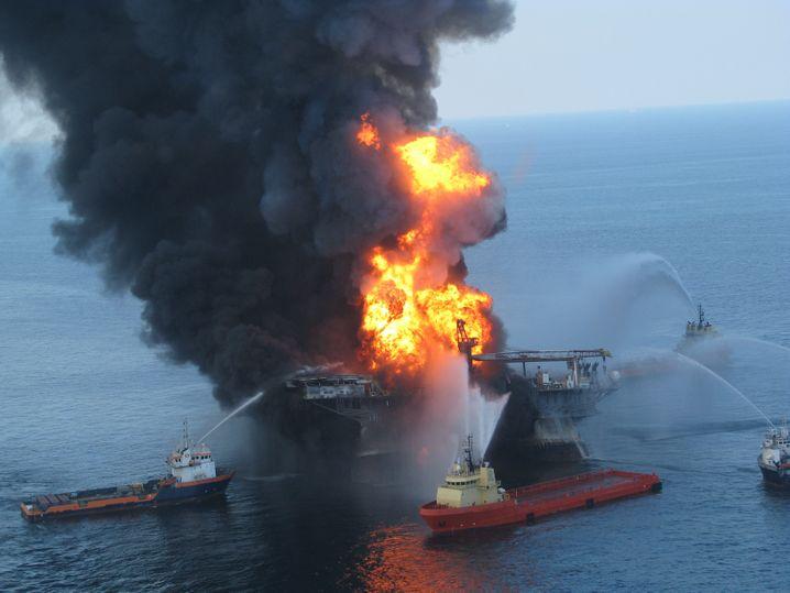 Feuerwehrschiffe versuchen, die brennende Bohrinsel zu löschen - letztlich vergeblich.