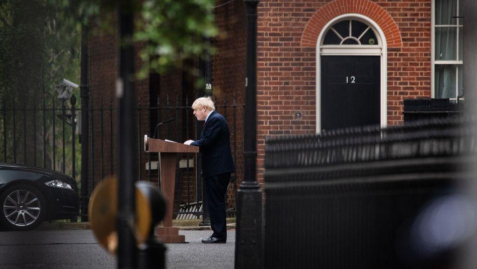 Boris Johnson in der Downing Street: Auch durch seine Corona-Infektion ist kostbare Zeit verstrichen - die Gespräche mit der EU stocken.