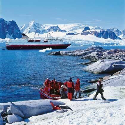 Landgang mit Schlauchboot: Urlauber zu Besuch auf der kleinen Petermann-Insel in der Antarktis