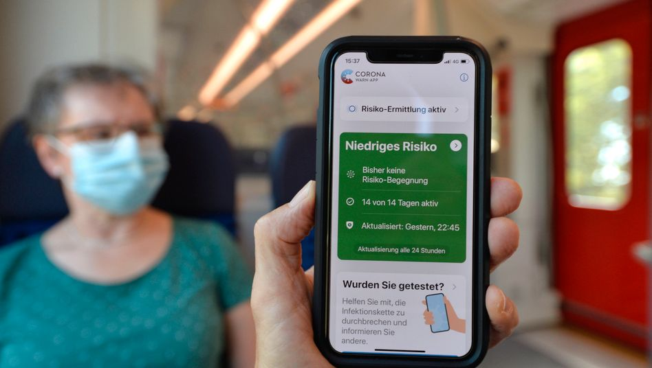 Smartphone mit Corona-Warn-App in der Stuttgarter S-Bahn