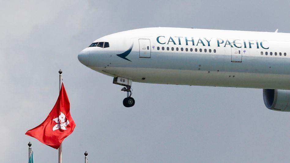 Durch die Corona-Krise schwer getroffen braucht die renommierte Airline Cathay Pacific Staatshilfe