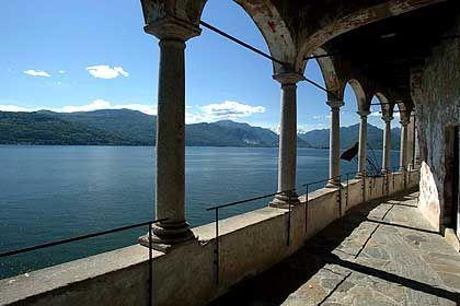 Bella Italia: Der Lago Maggiore, hier ein an den See gebautes Dominikanerkloster, gilt als beliebte Urlaubsregion