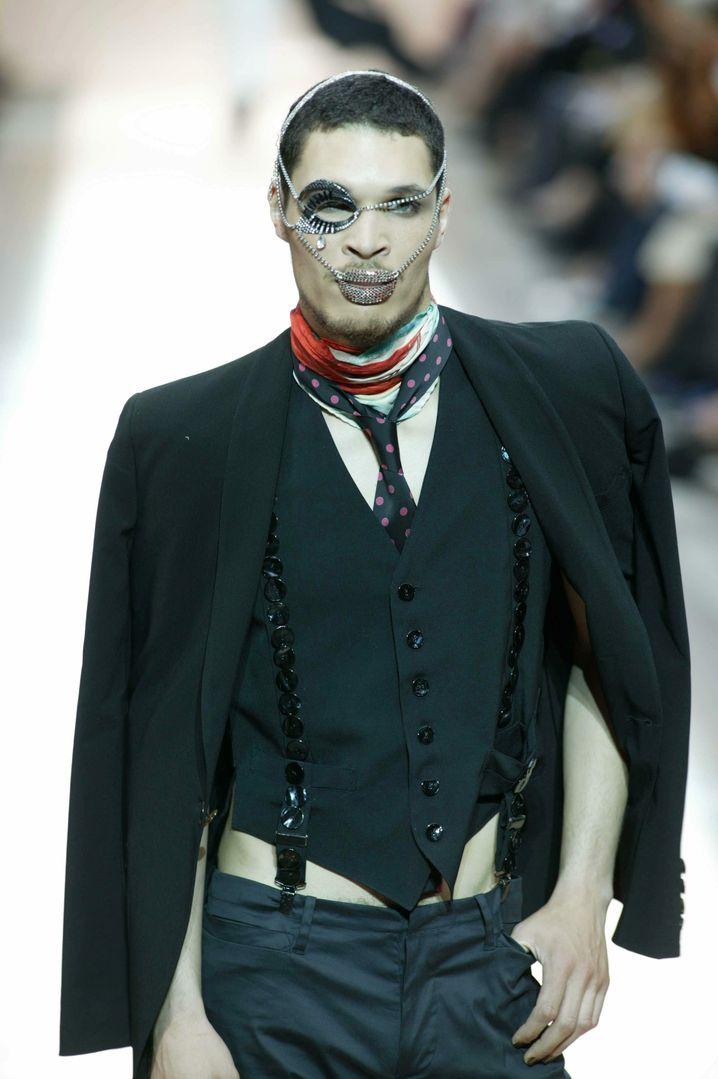 Diese Kreation zeigte Stardesigner Jean-Paul Gaultier im Juni 2003 auf dem Laufsteg in Paris. Irgendwie konnte sich diese Art von Schmuck in der Männermode dann doch nicht durchsetzen. Man möchte ergänzen: Glücklicherweise.