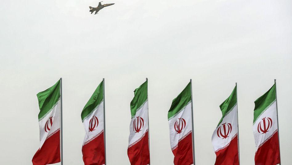 Iranische Flaggen bei einer Militärparade