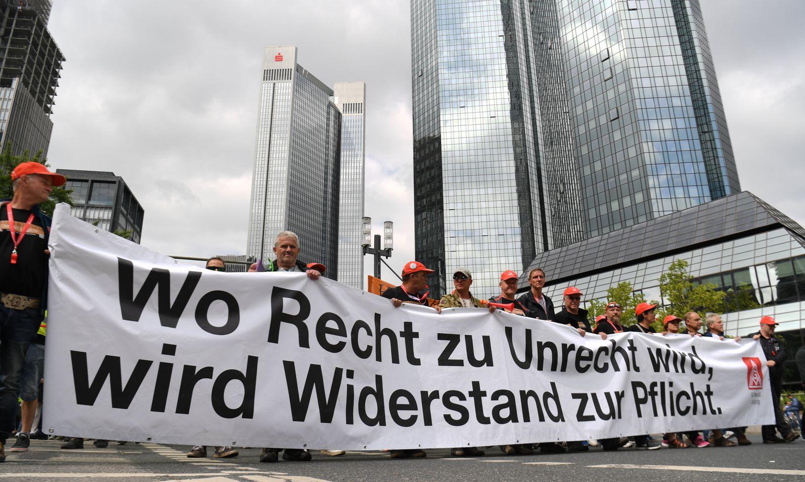 NHG-Mitarbeiter demonstrieren