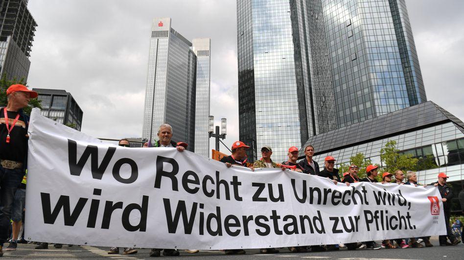 Beschäftigte des Autozulieferers Neue Halberg Guss (NHG) marschieren durchs Frankfurter Bankenviertel. Ein Gericht erklärte ihre Streik jetzt für rechtens