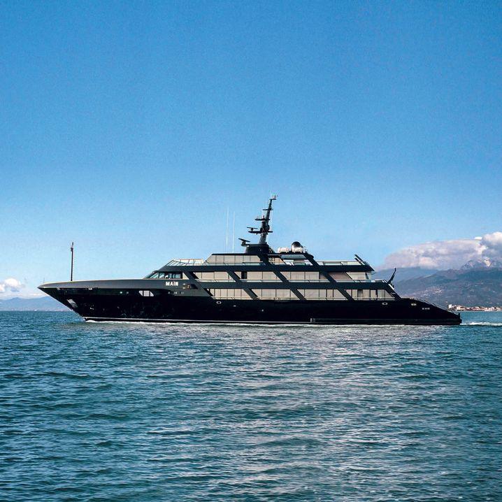 Feine Linien: Die Motoryacht Maìn gehört Giorgio Armani. Sie ist 65 Meter lang und so dunkelgrün, dass sie fast schwarz wirkt.