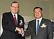 Kurze Partnerschaft: Die Zusammenarbeit mit dem koreanischen Autobauer Hyundai (hier: Schrempp im Juli 2001 mit Hyundai-Chairman Chung Mong-koo) währte nur kurz. Zumindest finanziell hat sich der Verkauf der 10-Prozent-Beteiligung an Hyundai im Mai 2004 gelohnt.