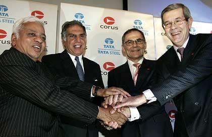 Fusion besiegelt (v.l.): Tata-Steel-CEO Mutharaman mit Chairman Tata, Corus-CEO Leng mit Chairman Varin